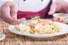 El cocinero adornó el menú tailandés del cojín con la haba picadita del cacahuete Imagen de archivo libre de regalías