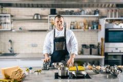El cocinero amistoso está situando en cocina airosa cocinero que se prepara para cocinar los raviolis Foto de archivo libre de regalías