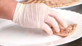 El cocinero arregla rebanadas de carne del trino del pollo en una placa metrajes