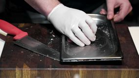 El cocinero asperja las especias en pedazos de carne crudos Preparación del adobo de la carne antes de freír almacen de video
