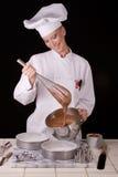 El cocinero bate talud de torta Fotos de archivo