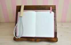 El cocinero Book y el huevo baten Fotografía de archivo libre de regalías