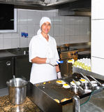 El cocinero cocina la tortilla de huevos Fotos de archivo libres de regalías