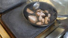 El cocinero cocina pescados fritos en una caja del pan en una cocina profesional metrajes