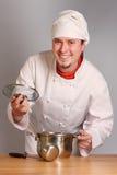 El cocinero con una cacerola Foto de archivo libre de regalías