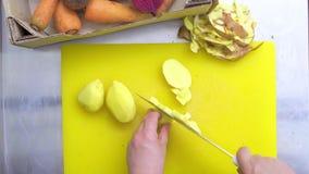 El cocinero corta las patatas Visión superior almacen de metraje de vídeo