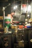 El cocinero de la parada del alimento cocido en central, Hong Kong Imágenes de archivo libres de regalías