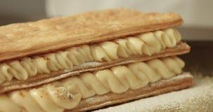 El cocinero de la raza mixta puso el un nivel pasado de la pasta de hojaldre en los pasteles metrajes