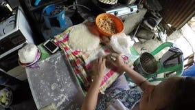 El cocinero de la señora que envolvía productos alimenticios en lumpia coció la envoltura de la harina metrajes