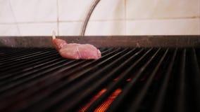 El cocinero de las manos en guantes negros puso un pedazo de carne en la estufa Cocinar el filete almacen de video