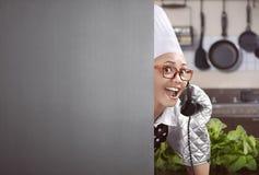 El cocinero de sexo femenino asiático feliz levantó para arriba el teléfono Fotos de archivo
