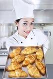 Cocinero que sostiene los croissants en cocina fotos de archivo libres de regalías