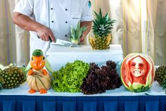 El cocinero demuestra su arte en la talla de la fruta Fotografía de archivo libre de regalías