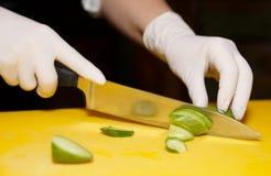 El cocinero es pepino del corte Imagen de archivo libre de regalías