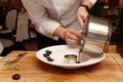 El cocinero está cocinando el plato gastrónomo Foto de archivo libre de regalías