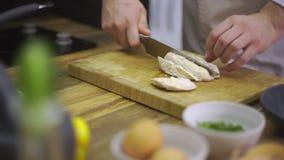 El cocinero está cortando el pollo hervido almacen de video