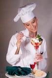 El cocinero goza del postre de la tarjeta del día de San Valentín Fotografía de archivo libre de regalías