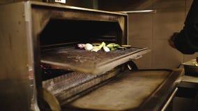 El cocinero guisa verduras en la parrilla almacen de metraje de vídeo