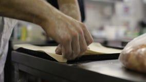El cocinero hace una base para la pizza en cocina almacen de metraje de vídeo