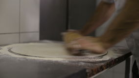 El cocinero hace una base para la pizza en cocina metrajes