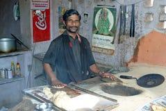 El cocinero indio está haciendo el chapati Imagen de archivo libre de regalías