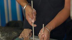 El cocinero indio prepara la comida india pan indio naan y roti en el horno almacen de metraje de vídeo