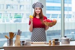 El cocinero joven con las frutas en la cocina Imágenes de archivo libres de regalías