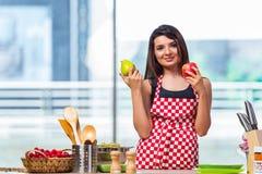 El cocinero joven con las frutas en la cocina Fotos de archivo libres de regalías