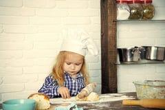 El cocinero joven El concepto de la profesión futura Cocinero del niño en pasta del balanceo del sombrero del cocinero con el per Fotos de archivo