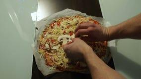 El cocinero pone setas en el primer crudo de la pizza Cocinar la pizza almacen de metraje de vídeo