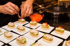 El cocinero preparó arrancadores gastrónomos deliciosos del canapé en las placas blancas Imagen de archivo