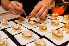 El cocinero preparó arrancadores gastrónomos deliciosos del canapé en las placas blancas Fotografía de archivo libre de regalías