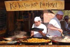 El cocinero prepara el guisado del testículo del martillo, Holloko, Hungría Imagen de archivo libre de regalías
