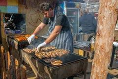 El cocinero prepara la barbacoa al aire libre