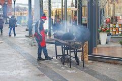 El cocinero prepara la comida para los visitantes del viaje del ` del festival al ` de la Navidad Fotografía de archivo libre de regalías