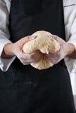 El cocinero prepara la pasta Imagen de archivo