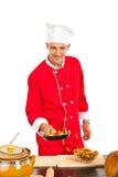 El cocinero prepara los macarrones en cacerola imagenes de archivo