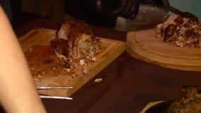 El cocinero prepara un plato de la carne almacen de video