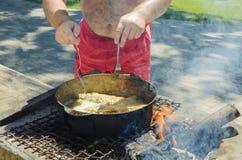 El cocinero prepara un plato de los mariscos fotografía de archivo