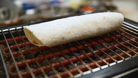 El cocinero prepara una tortilla asadores Cierre para arriba metrajes