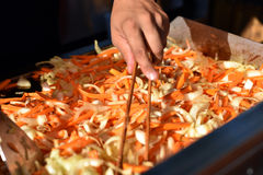 El cocinero prepara verduras fritas Imagenes de archivo
