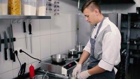 El cocinero puso en un pote de camarón congelado metrajes