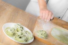 El cocinero rueda la pasta fotos de archivo