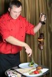 El cocinero saca la carne y los green-stuffs fritos Fotografía de archivo libre de regalías