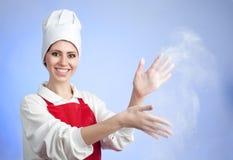 El cocinero sacude apagado la harina Imagen de archivo libre de regalías