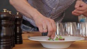 El cocinero sirve alimentar metrajes