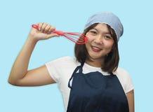 El cocinero tailandés de la mujer está cocinando las comidas tailandesas Imagen de archivo
