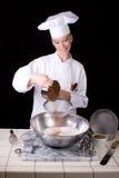 El cocinero tamiza el cacao Imagen de archivo