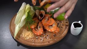 El cocinero toma el camarón a disposición Cámara lenta metrajes