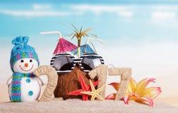 El coco, gafas de sol en lugar de otro numera 0 en 2017, muñeco de nieve contra el mar Imágenes de archivo libres de regalías